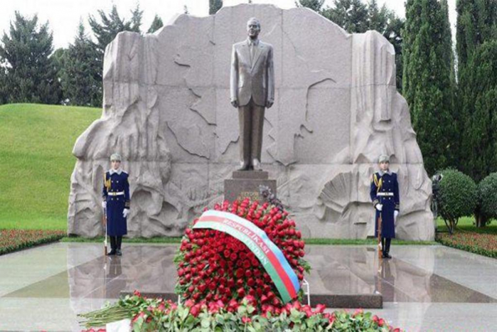 """""""Azpetrol"""" company commemorates Great Leader Heydar Aliyev with great respect."""